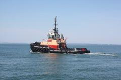 Rimorchiatore funzionante, nell'oceano Fotografie Stock Libere da Diritti