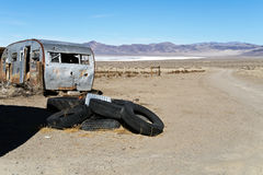 Rimorchio abbandonato nel deserto Immagini Stock Libere da Diritti