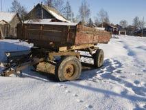 Rimorchio arrugginito dell'azienda agricola sotto neve Fotografia Stock Libera da Diritti