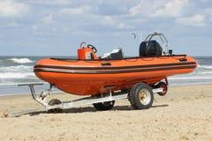Rimorchio con la barca per i servizi di soccorso sulla spiaggia Fotografia Stock Libera da Diritti