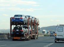 Rimorchio con le nuove automobili Fotografia Stock Libera da Diritti