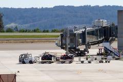 Rimorchio del bagaglio dell'aeroporto che aspetta all'aeroporto di Santiago de Compostela fotografia stock