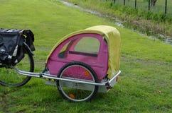 Rimorchio del bambino della bicicletta Fotografia Stock