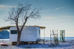 Rimorchio del caravan sulla spiaggia soleggiata Immagine Stock
