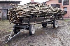 Rimorchio del carretto antiquato tagliato degli agricoltori della legna da ardere a Poland& x27; vita rurale della campagna di s Fotografia Stock