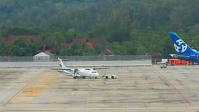 Rimorchio dell'aeroplano ATR-72 prima della partenza archivi video
