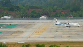 Rimorchio dell'aeroplano ATR-72 prima della partenza video d archivio