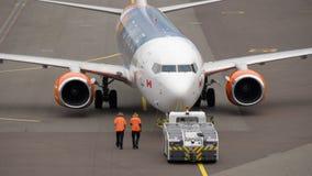 Rimorchio dell'aeroplano prima della partenza stock footage
