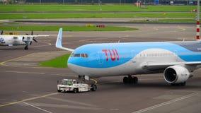 Rimorchio dell'aeroplano prima della partenza video d archivio