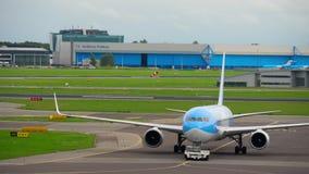 Rimorchio dell'aeroplano prima della partenza archivi video