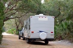 Rimorchio di campeggio che lascia campeggio in Florida Immagine Stock