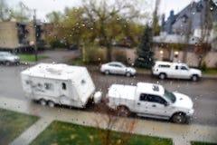 Rimorchio di campeggio in pioggia con le goccioline sulla finestra fotografia stock