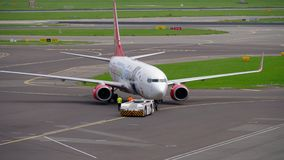 Rimorchio di Corendon Dutch Airlines Boeing 737 stock footage