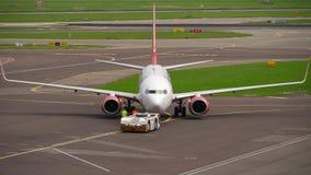 Rimorchio di Corendon Dutch Airlines Boeing 737 video d archivio