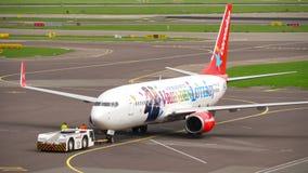 Rimorchio di Corendon Dutch Airlines Boeing 737 archivi video