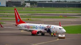 Rimorchio di Corendon Dutch Airlines Boeing 737 stock footage