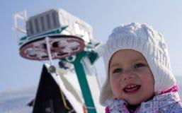 Rimorchio di sci e della ragazza Immagini Stock