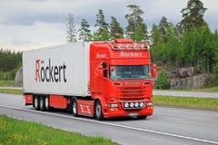Rimorchio eccellente rosso dei semi di Scania sull'autostrada senza pedaggio di estate Fotografie Stock