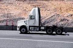 Rimorchio moderno bianco del guardiamarina del camion dei semi sulla strada principale verde di estate Fotografia Stock