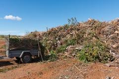 Rimorchio in pieno di rifiuti allo scarico della città Fotografia Stock