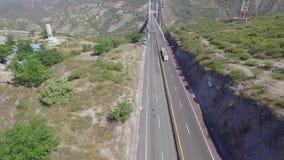 Rimorchio vuoto sulla strada al ponte archivi video