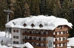 Rimozione di neve dal tetto Fotografia Stock