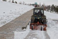Rimozione di neve dopo precipitazioni nevose il Mamaev complesso commemorativo Kurgan Fotografia Stock Libera da Diritti