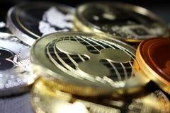 Rimpeling - een nieuwe cryptocurrency die digitale betaling hervormen - muntstuk met andere crypto muntstukken stock fotografie