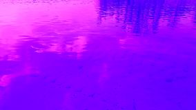 Rimpelingen en golven op het water Weerspiegelde wolken video stock footage