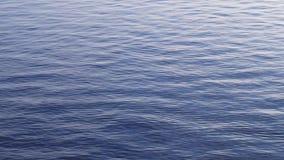 Rimpelingen op de oppervlakte van het blauwe overzees stock video