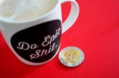 Rimpelingsxrp teken met koffiemok royalty-vrije stock foto's