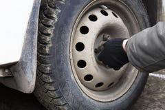Rimuova il dado la ruota di un'automobile Immagine Stock Libera da Diritti