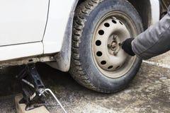 Rimuova il dado la ruota di un'automobile Fotografia Stock Libera da Diritti