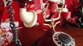 Rimuove il tubo bianco dal telefono rosso e lo mette indietro trascura la chiamata stock footage