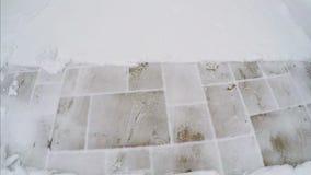 Rimuovendo neve dal marciapiede video d archivio