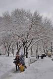 Rimuovendo neve dopo la tempesta a New York City Immagini Stock Libere da Diritti