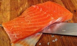 Rimuovendo pelle dal salmone Immagine Stock Libera da Diritti