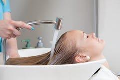 Rinçage de cheveux dans le salon de beauté Image libre de droits