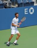 Le joueur de tennis professionnel Gilles Simo pratique pour l'US Open chez Louis Armstrong Stadium au Roi National Tennis Center d Photos stock
