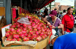 Rinçage, NY : Femme achetant Dragonfruit Photographie stock libre de droits