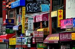 Rinçage, NY : Le devanture de magasin signe dedans le chinois et l'anglais Image libre de droits