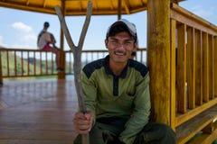 Rinca ö, Indonesien - April 01, 2018: Kommandosoldaten av den Rinca nationalparken ler på kameran Royaltyfria Bilder