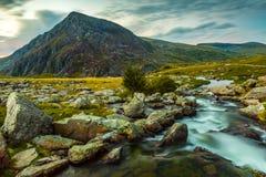 Rinchiuda l'anno Ole Wen e torrente montano nel parco nazionale Galles di Snowdonia Fotografia Stock