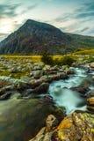 Rinchiuda l'anno Ole Wen e torrente montano nel parco nazionale Galles di Snowdonia Immagini Stock