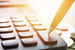 Rinchiuda la stampa sul calcolatore più del bottone e le monete sulla tavola della scrivania Fotografie Stock