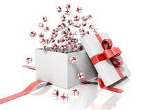 Rinda de una caja de regalo blanca con una cinta roja que lanza pocas cajas de regalo Foto de archivo