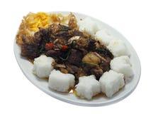 Rindereintopf briet mit Paprika und Basilikum, mit Spiegelei und Reis Lizenzfreie Stockfotos