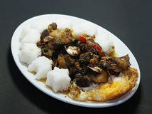 Rindereintopf briet mit Paprika und Basilikum, mit Spiegelei und Reis Stockbild