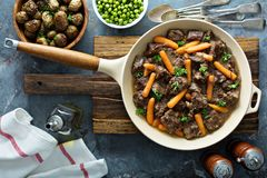 Rindereintopf mit Karotten und Petersilie stockfotografie