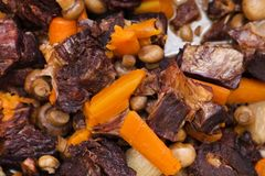 Rindereintopf mit Karotten und Pilzen Lizenzfreies Stockbild